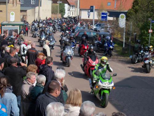Ausfahrt nach dem Bikergottesdienst beim 11. Bikertreffen 2016 in Mötzlich