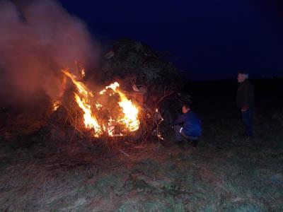 Frisch gezündetes Osterfeuer in Mötzlich