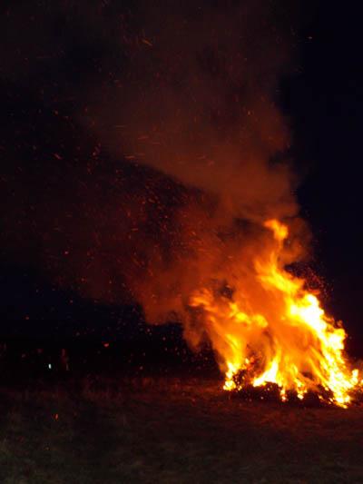 Das voll entbrannte Mötzlicher Osterfeuer 2016 am Löschteich